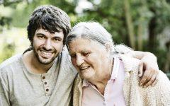 Seniorin mit Enkel, Portrait, lachen