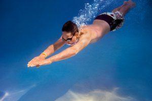 fitbit-flex-2_man_diving_lifestyle